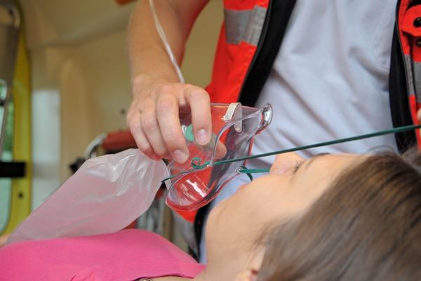 Zeigt ein Patient Zeichen ausgeprägter Atemnot, sollte ihm hochdosierter Sauerstoff per Maske verabreicht werden. Foto: Markus Brändli