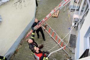 Die Feuerwehr errichtet einen Leiterbaum. Foto: FW Mülheim an der Ruhr