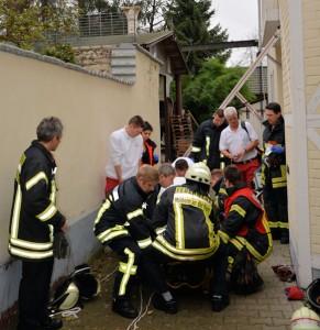Der Patient wird vom Rettungsdienst übernommen und in ein Krankenhaus gebracht. Foto: FW Mülheim an der Ruhr