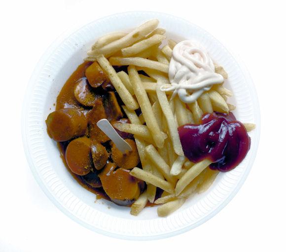 Fast Food. Pommes Frites mit Mayonnaise und Ketchup und Currywurst.