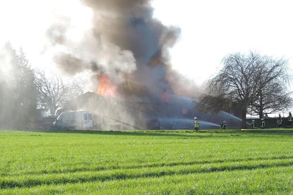 Scheunenbrand in Bedburg-Hau. Dabei wurde ein 51jähriger Gocher schwer verletzt. Foto: Daniel Böing.