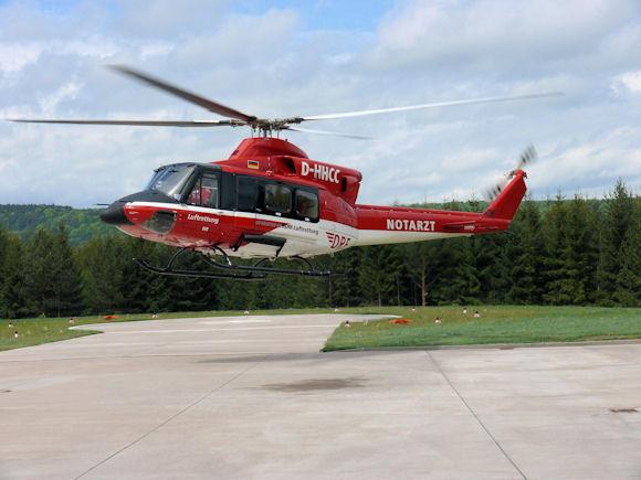 Bell 412 der DRF Luftrettung beim Landeanflug.
