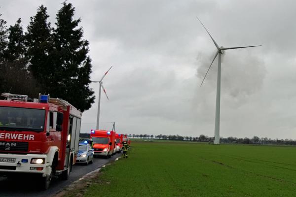 Feuerwehr, Polizei und Rettungsdienst im Einsatz beim Brand einer Windenergieanlage in Uedem. (Foto: Feuerwehr Uedem/Alexander Janßen)