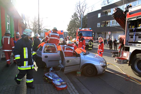 Verkehrsunfall_Rettungsdienst_Straßenbahn_Pkw