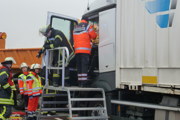 Lkw fährt ungebremst in Sicherungsfahrzeug. Foto: Polizeiinspektion Harburg