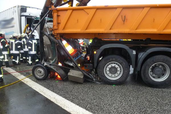 Der zerstörte Anhänger des Sicherungsfahrzeugs. Foto: Polizeiinspektion Harburg