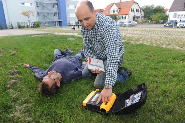 AED-Einsatz durch einen Laien. Symbolfoto: Markus Brändli