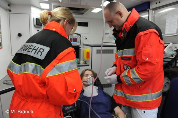 Patientenversorgung im Rettungswagen. Symbolfoto: Markus Brändli