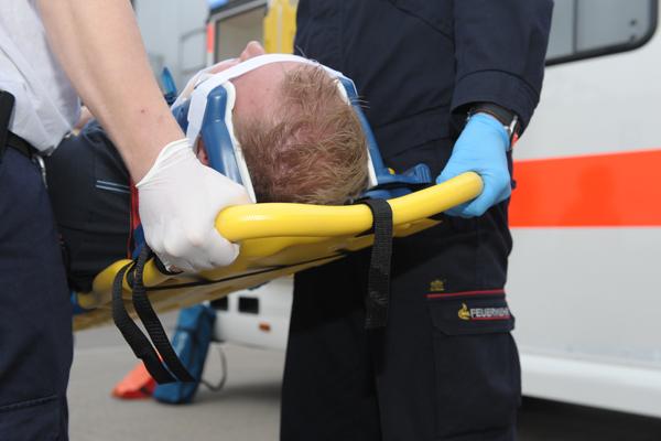Transport eines verunfallten mittels Spineboard. Symbolfoto: Markus Brändli