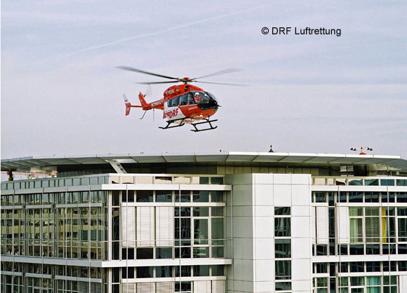 Intensivtransporthubschrauber der DRF Luftrettung landet auf ein