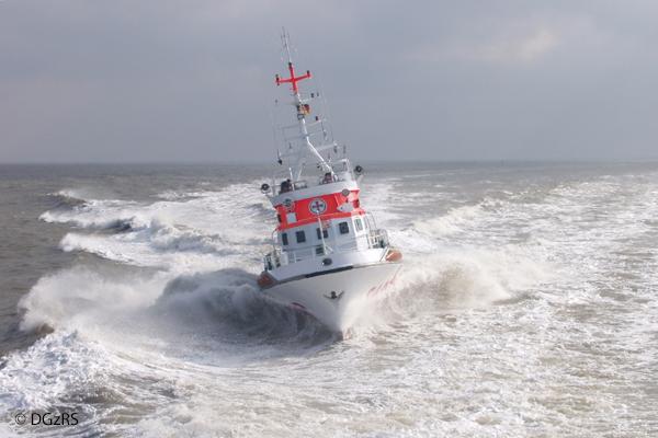 SMedizinischer Notfall: Der Cuxhavener Seenotrettungskreuzer HERMANN HELMS war in einem Nachteinsatz für eine verletzte Frau auf einem Motorboot. Archivfoto: DGzRS/Die Seenotretter