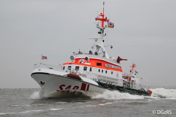 Im Einsatz für einen schwer verletzten Seemann: der Seenotrettungskreuzer VORMANN STEFFENS der DGzRS.  Archivfoto: DGzRS/Die Seenotretter