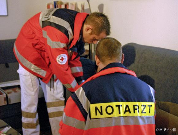Symbolfoto: Notarzt und Rettungsdienst im Einsatz