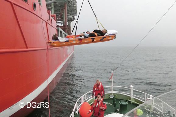 Die Warnemünder Seenotretter der Deutschen Gesellschaft zur Rettung Schiffbrüchiger (DGzRS) sind am Dienstag, 18. Oktober 2016, vor Rostock für einen erkrankten Seemann im Einsatz gewesen. Der Mann befand sich an Bord eines Schwergutfrachters und benötigte aufgrund starker Schmerzen in der Brust dringend ärztliche Hilfe.