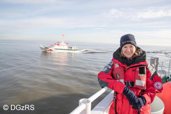 """Auf Nord- und Ostsee sind die Seenotretter im Jahr 2016 mehr als 2.000 Mal im Einsatz gewesen. Die Besatzungen der Deutschen Gesellschaft zur Rettung Schiffbrüchiger (DGzRS) haben dabei rund 680 Menschen aus Seenot gerettet oder Gefahr befreit. Neue Seenotretter-""""Bootschafterin"""" ist TV-Moderatorin Heike Götz. Fernsehzuschauern ist sie vor allem als """"die Frau mit dem Fahrrad"""" aus der NDR-Sendung """"Landpartie"""" bekannt."""
