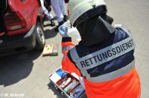 Symbolfoto Rettungsdienst an Fahrzeug