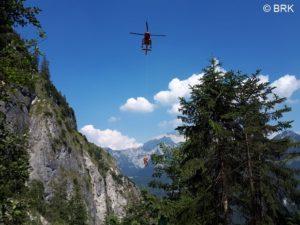 Rettungshubschrauber über Bergkulisse