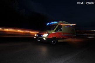 Symboldbild RTW bei Nacht