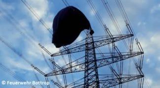 Strommast mit Heißluftballon