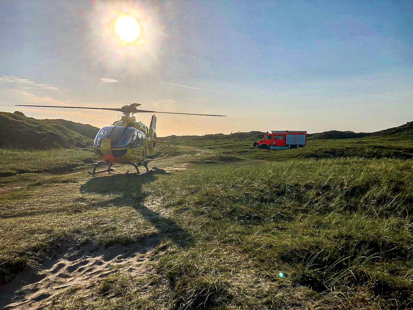 Rettungshubschrauber steht in den Dünen von Norderney.